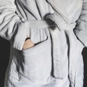 חלוקי קטיפה ומגבת